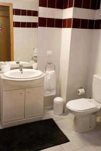 A bathroom at Ericeira Beachtour