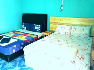 Ein Bett oder Betten in einem Zimmer der Unterkunft Rainbow Chalet