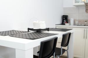 A kitchen or kitchenette at Denisa Apartamente