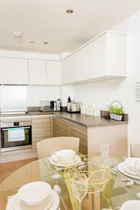A kitchen or kitchenette at Rethink Serviced Apartments - Brighton Marina