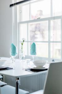 A restaurant or other place to eat at Elthorne Luxury Apartments - Uxbridge