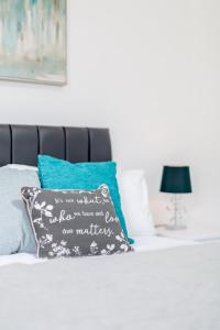 A bed or beds in a room at Elthorne Luxury Apartments - Uxbridge