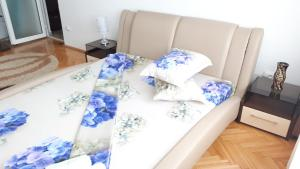 A bed or beds in a room at Apartament Mozaic