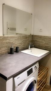 A bathroom at Maison en Pierre - Proche de la Mer