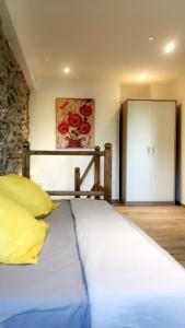 A bed or beds in a room at Maison en Pierre - Proche de la Mer