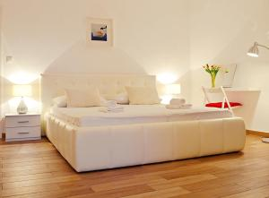 A bed or beds in a room at Apartments and Rooms Bonkan Hvar