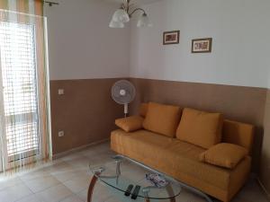 A seating area at Apartaments Warchol