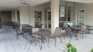 A restaurant or other place to eat at CairnsRetreat
