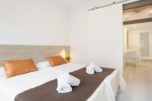 A bed or beds in a room at BcnStop Sagrada Familia
