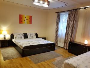 Ένα ή περισσότερα κρεβάτια σε δωμάτιο στο Palma Villa in City Park Budapest