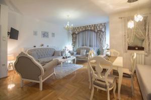 Ein Sitzbereich in der Unterkunft Apartment Barby - Deluxe