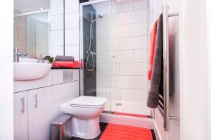 A bathroom at Brixton Inn