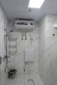 A bathroom at Fengyuan Apartment Hotel