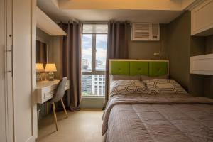 A bed or beds in a room at CITY VIEW 2Oth FLR, Cebu IT Park, Pool AL
