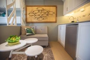 A kitchen or kitchenette at CITY VIEW 2Oth FLR, Cebu IT Park, Pool AL