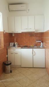 A kitchen or kitchenette at Apartments Ponta