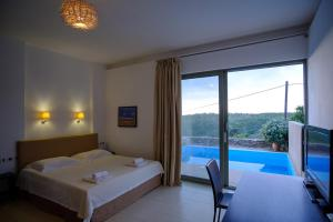 Вид на бассейн в Gerakari Suites или окрестностях