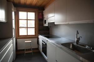 Majoituspaikan Huskylodge keittiö tai keittotila