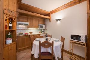 Cuisine ou kitchenette dans l'établissement Résidance Le Cristal - Grands Montets 11