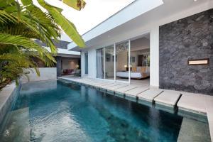 The swimming pool at or close to Chakra Villas