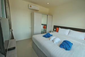 A bed or beds in a room at Long N Joy Samui