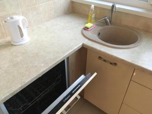 Кухня или мини-кухня в Apartment Plus