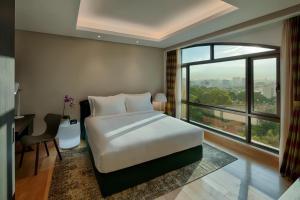 Giường trong phòng chung tại Sherwood Suites