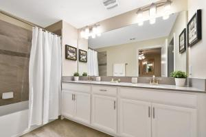 A kitchen or kitchenette at 5Bd Sleeps 15 w/ GameRoom and Pool Close to Disney 4921