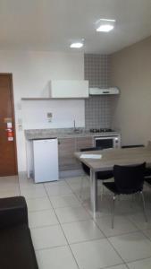 A kitchen or kitchenette at Apartamento no Riviera Park