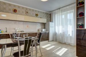 Кухня или мини-кухня в Novye apartamenty na Plekhanova 14
