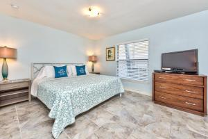 A bed or beds in a room at Le Monaco Condo at Olde Naples