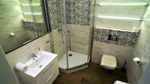 Kamar mandi di Holiday Apartments Cracow