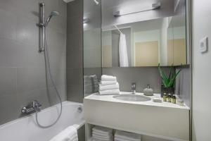 A bathroom at Citadines Toison d'Or Brussels Aparthotel