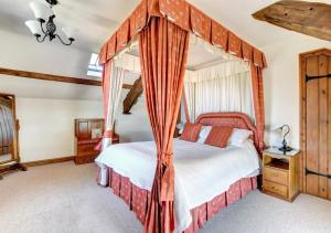 A bed or beds in a room at Bwthyn Blaencar