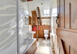 A bathroom at Bwthyn Blaencar