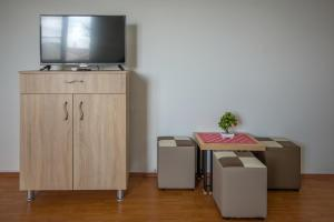 TV i/ili multimedijalni sistem u objektu Mrzenci Apartments