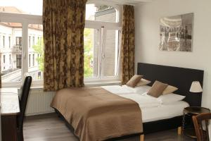 A bed or beds in a room at Long Stay Bonjoere