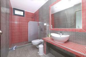 A bathroom at Atoli Studios