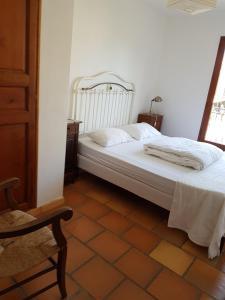 A bed or beds in a room at Maison les Salles-sur-Verdon