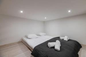 A bed or beds in a room at DIETLA 99 APARTMENTS & DAY SPA