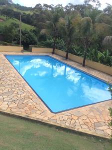 The swimming pool at or near Z'Melo chácara Rio do Peixe