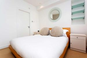A bed or beds in a room at Veeve - Betwixt Hyde Park and Green Park