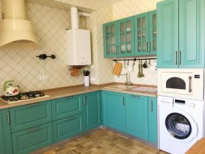 Кухня или мини-кухня в Apartment on Ulitsa Divnaya 2