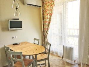 Телевизор и/или развлекательный центр в Apartment on Ulitsa Divnaya 2