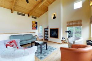 A seating area at Modern Beach Cottage