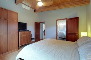 A bed or beds in a room at Modern Beach Cottage