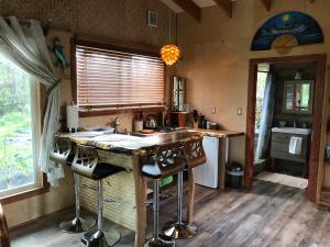 Una cocina o zona de cocina en Rainforest Eco Cabin