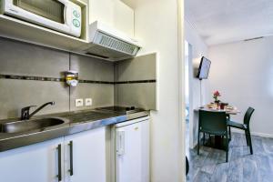 Cuisine ou kitchenette dans l'établissement Zenitude Hôtel-Résidences Bordeaux Aéroport Mérignac