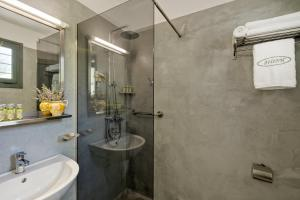A bathroom at Dioni Hotel