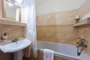 Ένα μπάνιο στο Falcon Apartment